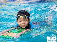 cho trẻ đi bơi